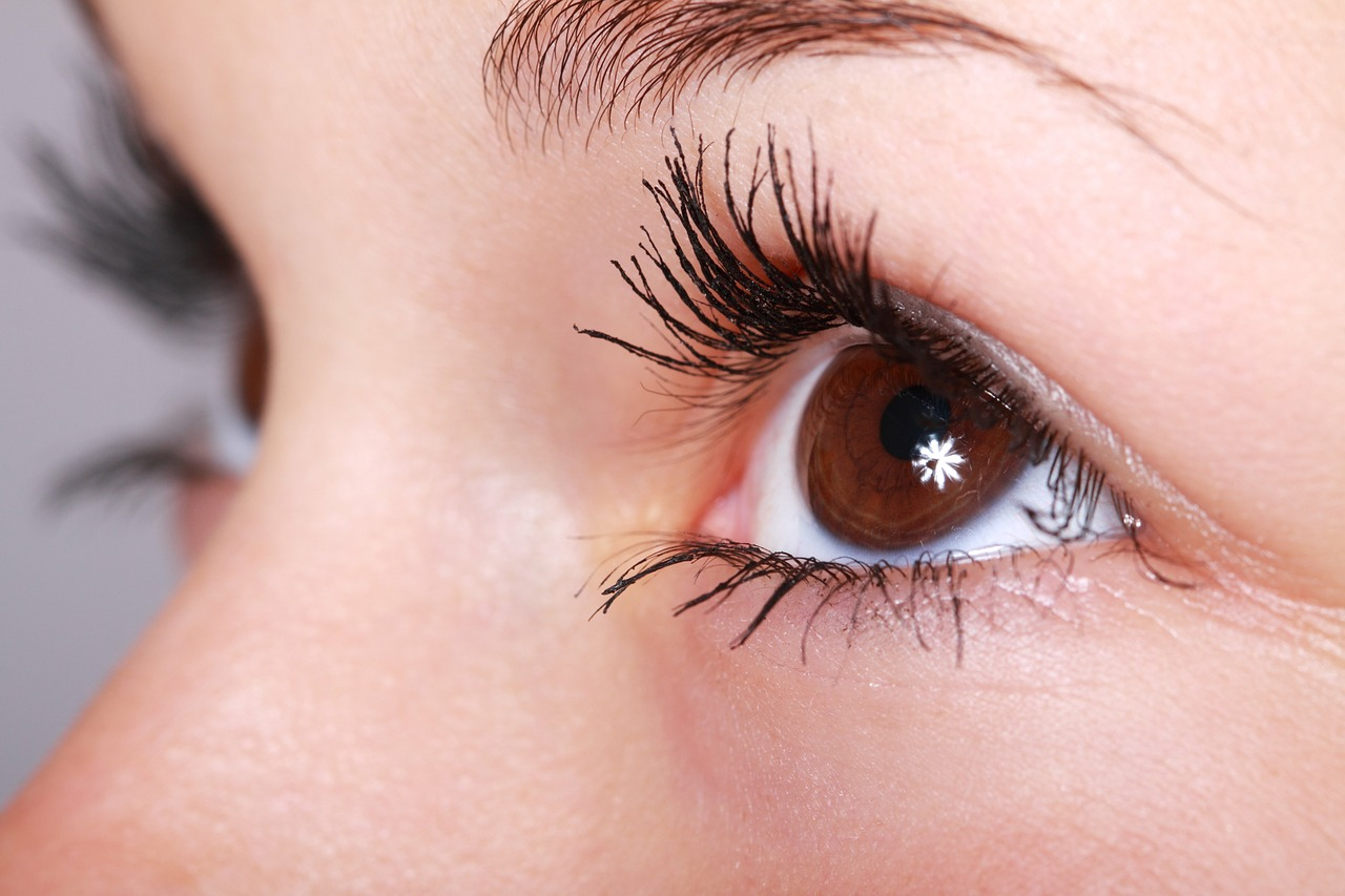 La méthode pour poser un soin de contour des yeux