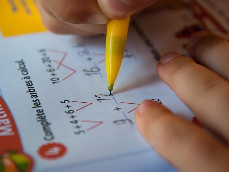 Faire les devoirs à la maison avec son enfant